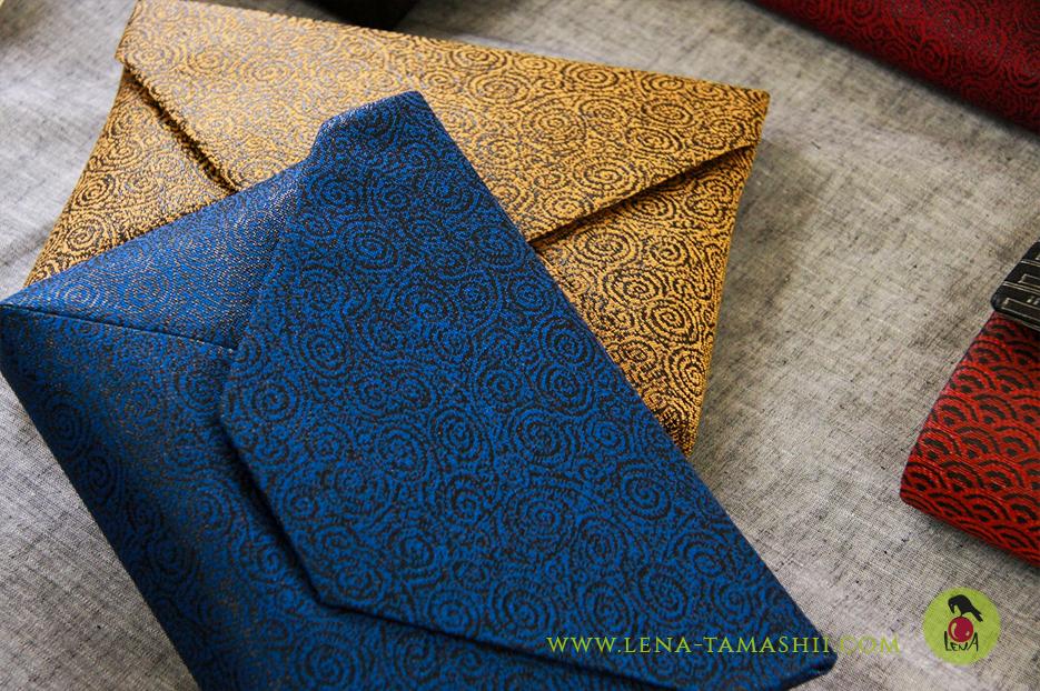 Hier wurde auf Gold verichtet und das mit Urushi beschichtete Papier direkt in das Textil eingewoben.
